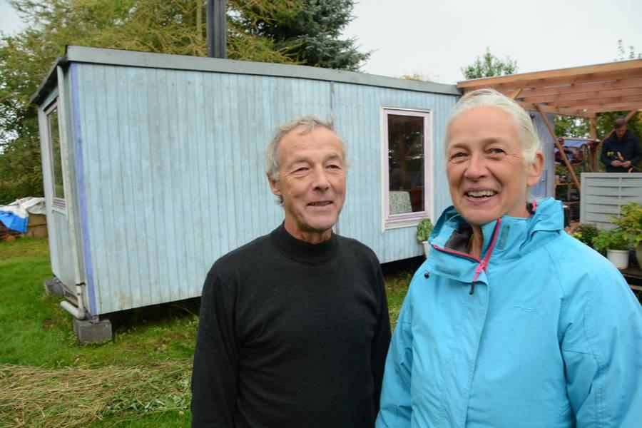 Kurt og Anna-Marie Christensen har siden sankthans boet her i deres skurvogn på Torpegård. Til foråret skulle de gerne i gang med at bygge deres rigtige halmhus. Foto: Palle Søby