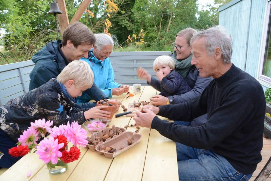 Ren familiehygge på terrassen ved farmor og farfars skurvogn. Her knækkes der nødder. Foto: Palle Søby