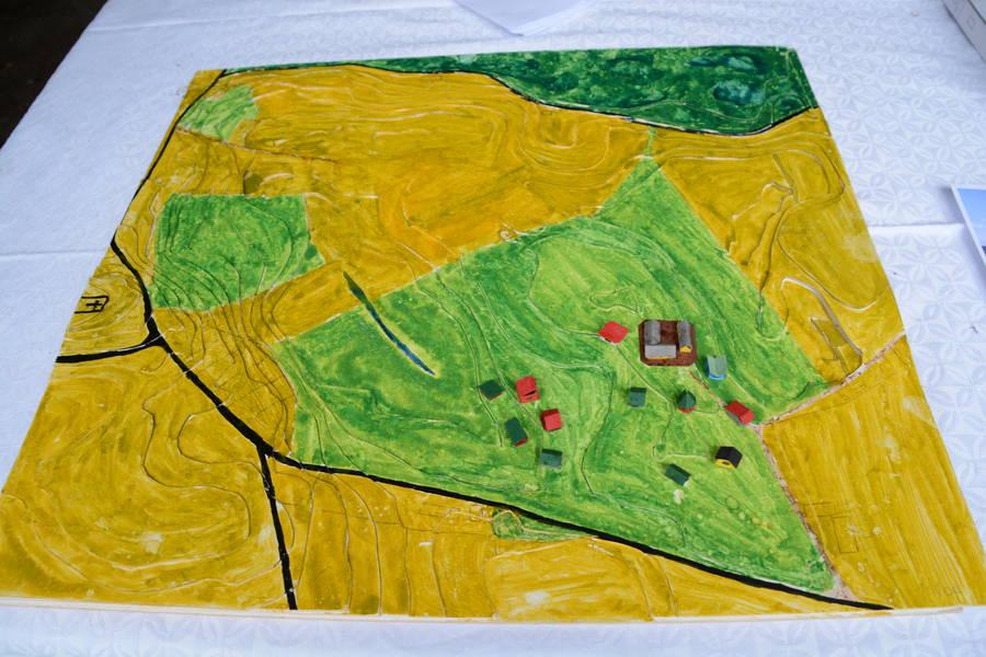 Forleden var der åbent hus på Torpegård i forbindelse med Arkitekturens dag. Her kunne man blandt andet se denne planche, der groft skitseret viser, hvordan husene kommer til at ligge. De lysegrønne områder er arealer, der hører med til bofællesskabet. Foto: Palle Søby
