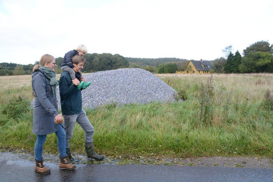 Ude fra vejen tror man måske, det er en stenbunke, men nej… Det er blåmuslingskaller, som skal bruges til gulvisolering i Tenna og David Christensens kommende halmhus. Foto: Palle Søby