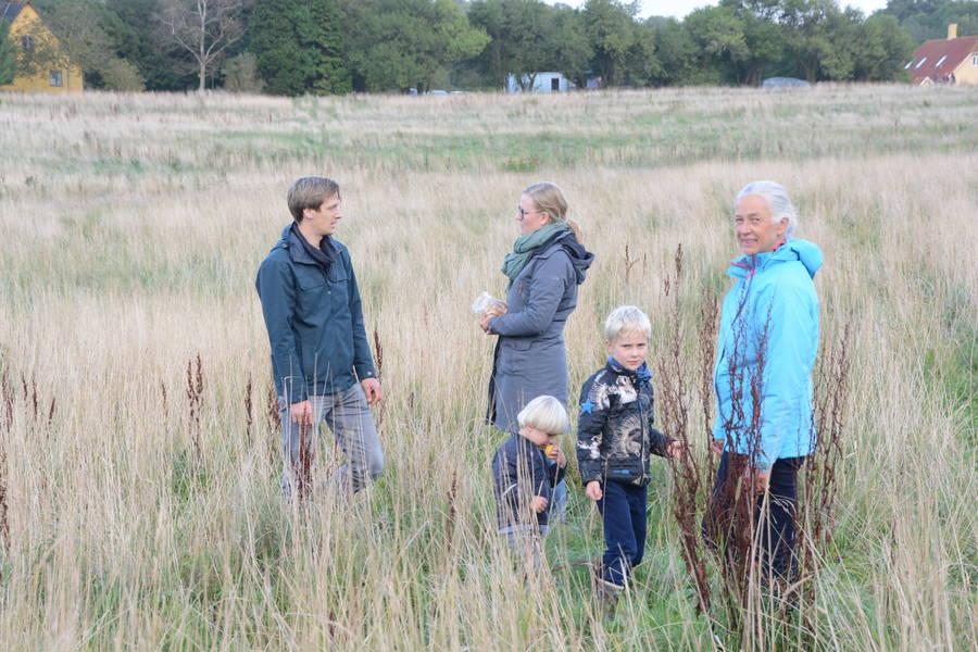 Elliot og Villiam på opdagelse i området sammen med deres forældre, David og Tenna Christensen, og farmor Anna-Marie Christensen. Foto: Palle Søby