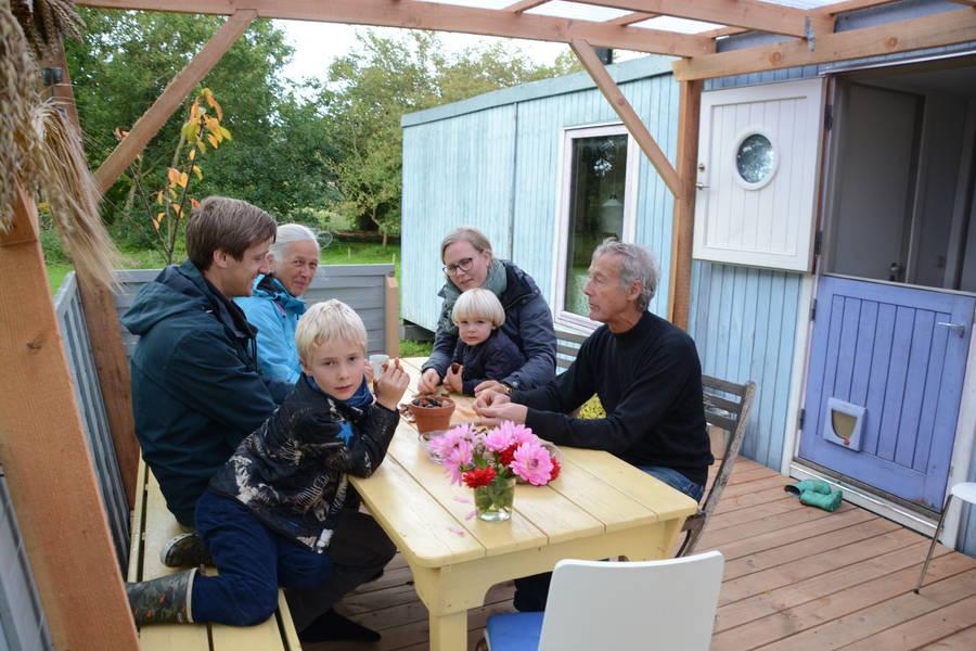 Så knækkes der valnødder på terrassen hos farmor og farfar, Anna-Marie og Kurt Christensen. Foto: Palle Søby