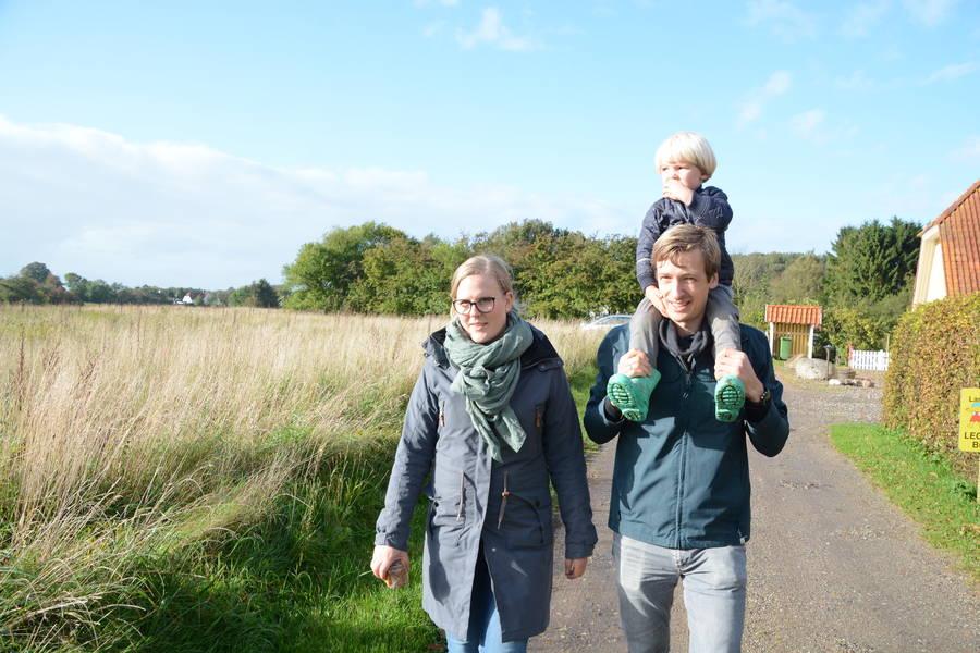 David og Tenna Christensen har besluttet, at de vil ud af hamsterhjulet og have et helt andet liv, hvor der er meget mere tid til familielivet - og til at passe dyr og afgrøder på Torpegård. Foto: Palle Søby