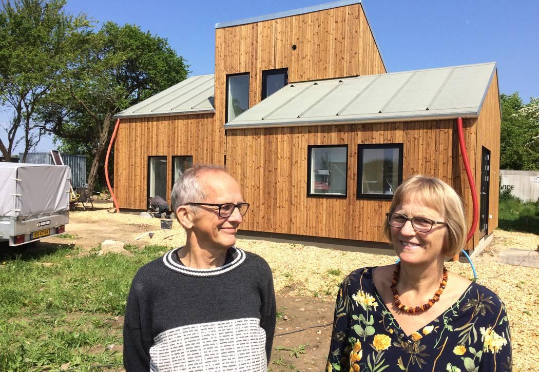 En drøm er gået i opfyldelse for Gert og Ulla Klitgaard Johansen, der forleden fik nøglen til deres 128 kvadratmeter store hus bygget af miljøvenlige materialer. Foto: Palle Søby
