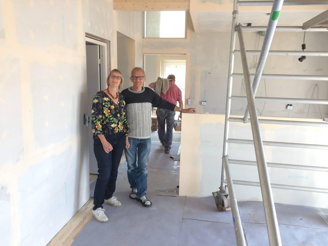 Ulla og Gert Klitgaard Johansen har fået et firma til at opføre råhuset og står nu selv for den sidste indvendige finish. Foto: Palle Søby