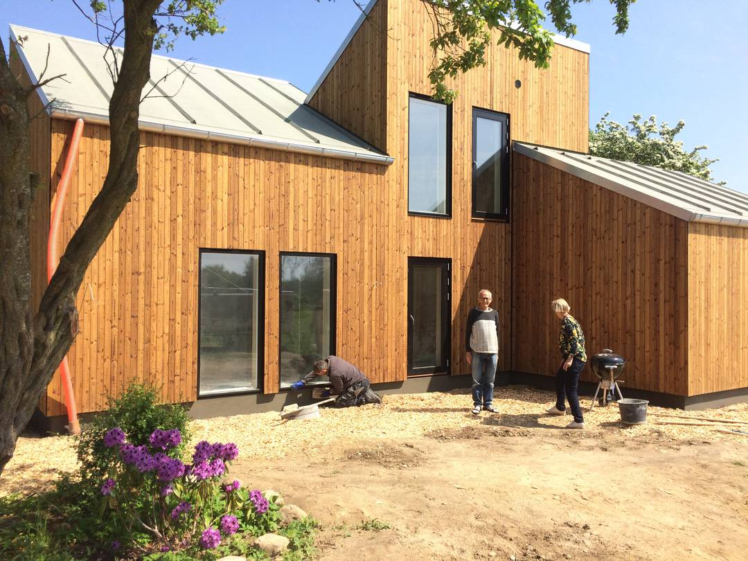 Ulla og Gert Klitgaard Johansen skal naturligvis have gang i en køkkenhave uden for deres nye hus. Foto: Palle Søby