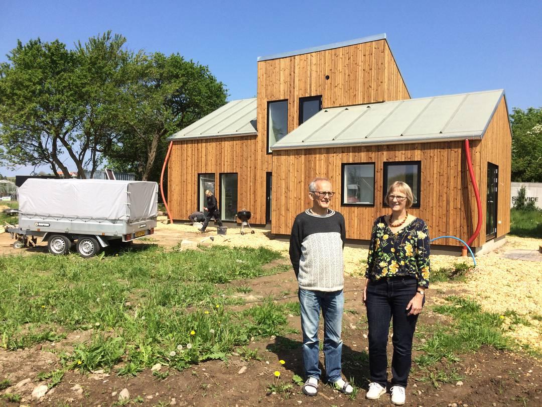 Gert og Ulla Klitgaard Johansens nye hus er bæredygtigt, men ikke billigt. Det har alt i alt kostet dem 2,7 millioner kroner. Det kan gøres billigere, jo mere af arbejdet man selv står for. Foto: Palle Søby