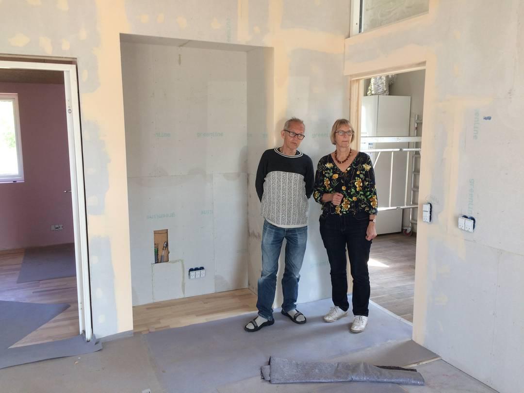 Gert og Ulla Klitgaard Johansen ved indgangen til det, der inden længe bliver deres nye køkken. Foto: Palle Søby